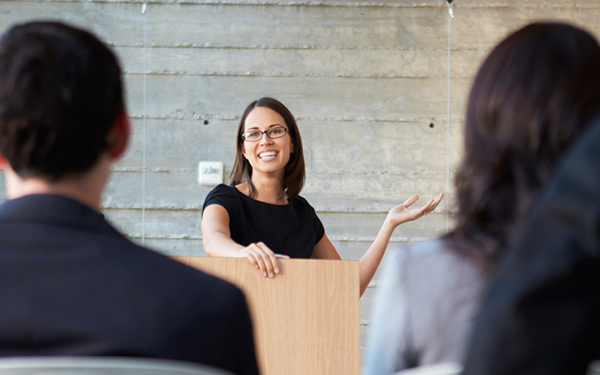 انتخاب پوشش مناسب و استاندارد برای سخنرانی