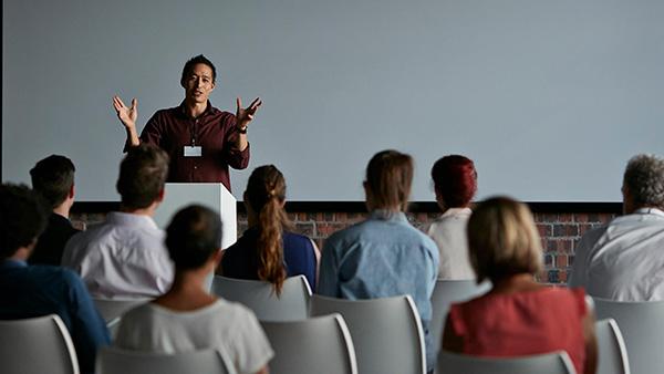 راههای شروع سخنرانی برای میخکوب کردن مخاطبان